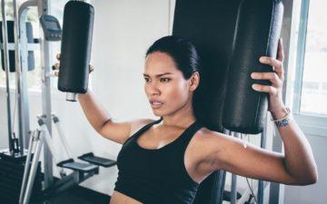 Exercícios podem aumentar os seios e deixá-los mais firmes? Mulher fazendo exercício peito