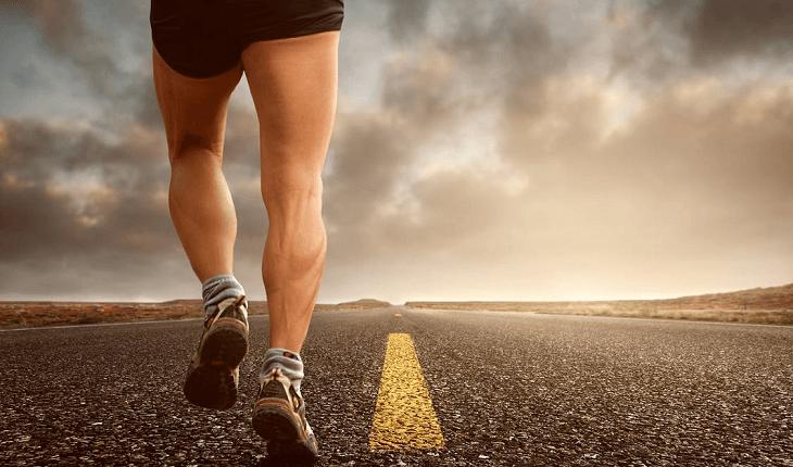Homem correndo em uma estrada. Mitos e verdades sobre a corrida