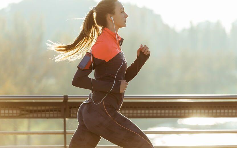 Mitos e verdades sobre a corrida. Mulher correndo