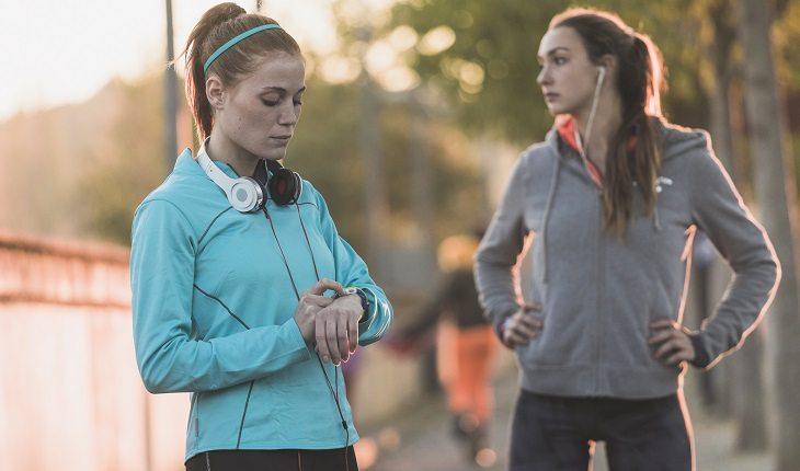 Mitos e verdades sobre a corrida. Mulher olhando relógio