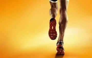 A foto mostra um homem praticando corrida no calor