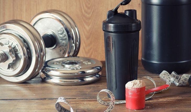 Pesos, fita de métrica, medida de suplemento, copo e embalagem. Mitos e verdades sobre whey protein