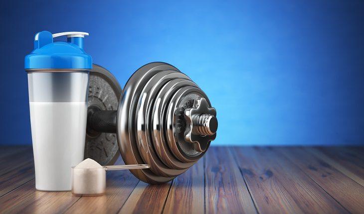 Peso de academia, halter, suplemento alimentar e medida com suplemento em pó. Mitos e verdades sobre whey protein