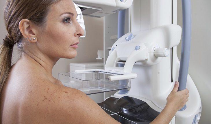 Saúde em dia: mulher fazendo mamografia