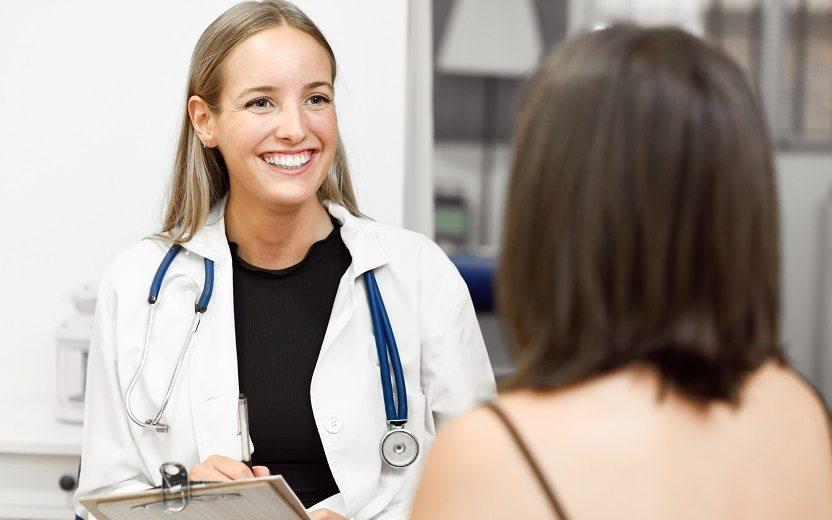 Saúde em dia: médica sorrindo, consulta