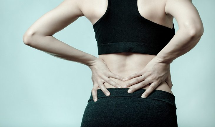 Mulher com dor nas costas Corredor iniciante