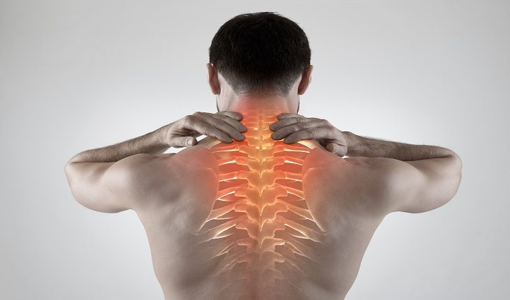 homem com dor nas costas corredor iniciante