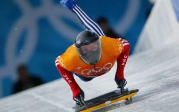 Pessoa praticando Skeleton esportes de inverno
