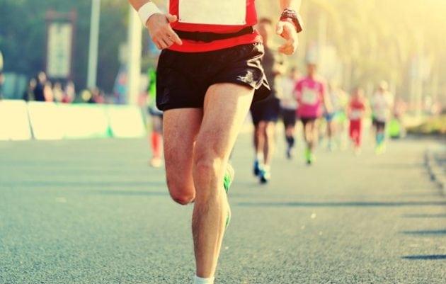 pessoa praticando corrida na rua longão