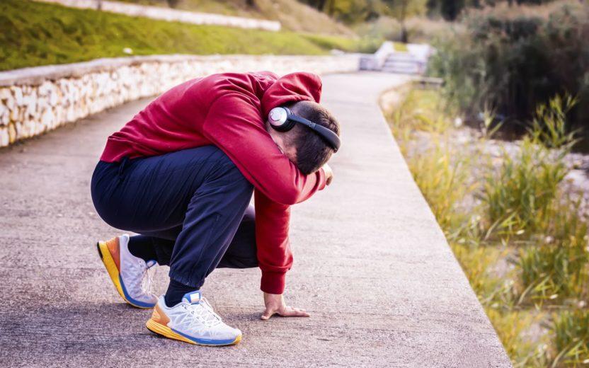 homem cansado depois da corrida. Corrida