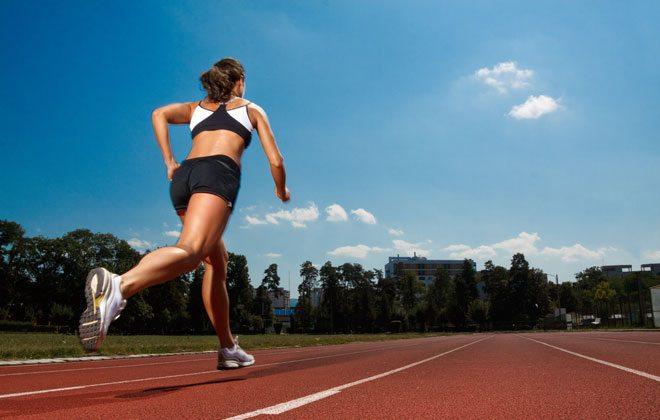 Mulher correndo sozinha