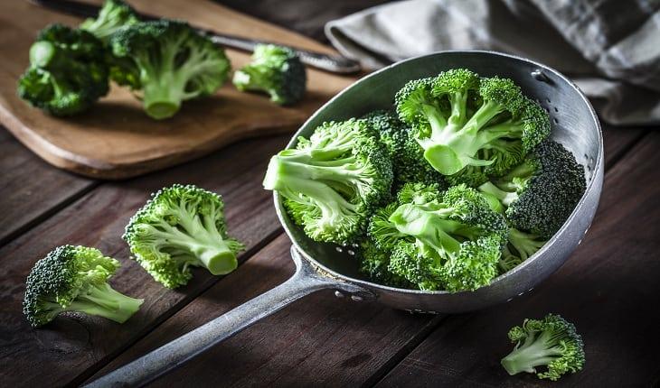 foto de pedaços de brócolis na panela