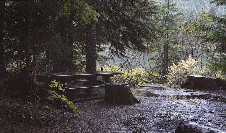 Camping molhado pela chuva acampar pela primeira vez