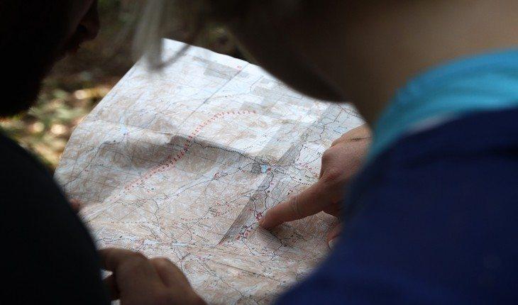 Pessoas lendo um mapa acampar pela primeira vez