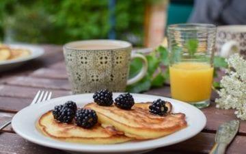 Prato com a primeira refeição do dia, café da manhã, em cima da mesa