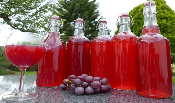 Garrafas de suco de uva cardápio saudável
