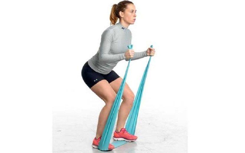 mulher alongando com faixa exercícios com faixa