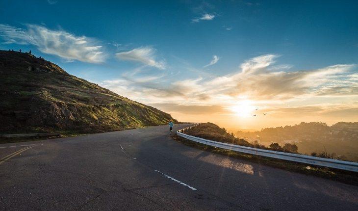 Motivos para a corrida entrar de vez na sua vida: homem correndo estrada
