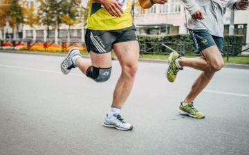 dois atletas correndo em uma rua dicas para a corrida de rua