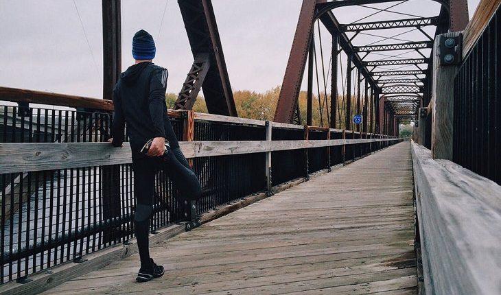 Motivos para a corrida entrar de vez na sua vida: disposição. Homem se alongando