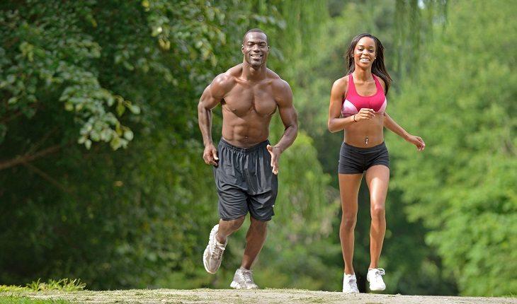 Motivos para a corrida entrar de vez na sua vida: barriga tanquinho. Homem e mulher correndo, corpos definidos