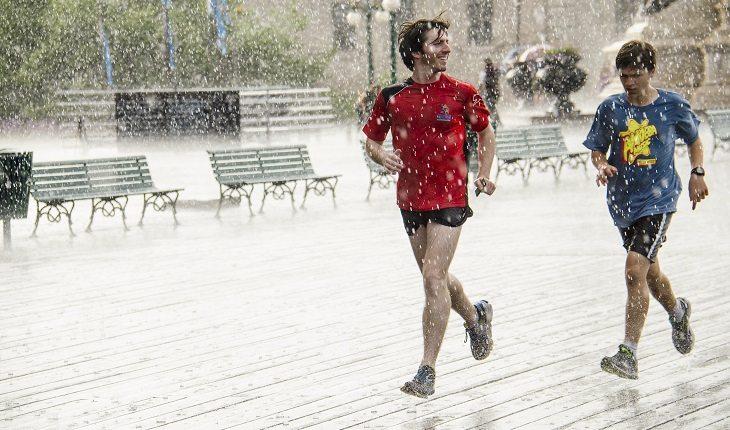 Motivos para a corrida entrar de vez na sua vida. Homens correndo na chuva