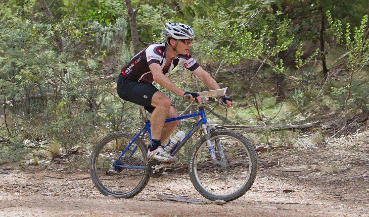 Pessoa praticando mountain bike