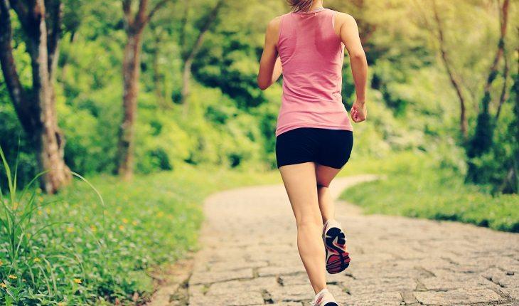 Motivos para a corrida entrar de vez na sua vida. Mulher correndo natureza