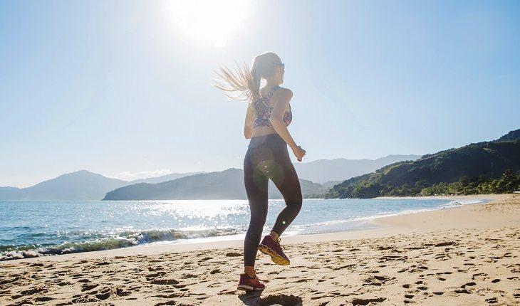 Motivos para a corrida entrar de vez na sua vida: mulher correndo na areia, praia, mar