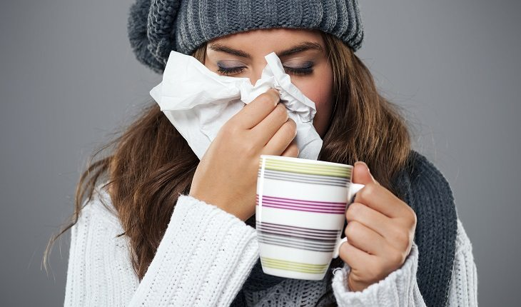 Motivos para a corrida entrar de vez na sua vida: previne contra gripe. Na foto, uma mulher gripada.