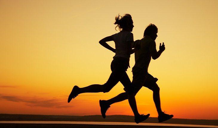 Motivos para a corrida entrar de vez na sua vida. Pessoas correndo pôr do sol