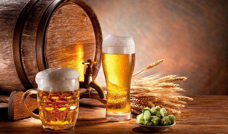 Barril e canecas de cerveja testosterona