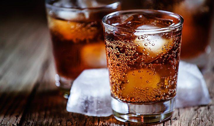 copos de refrigerante com gelo testosterona