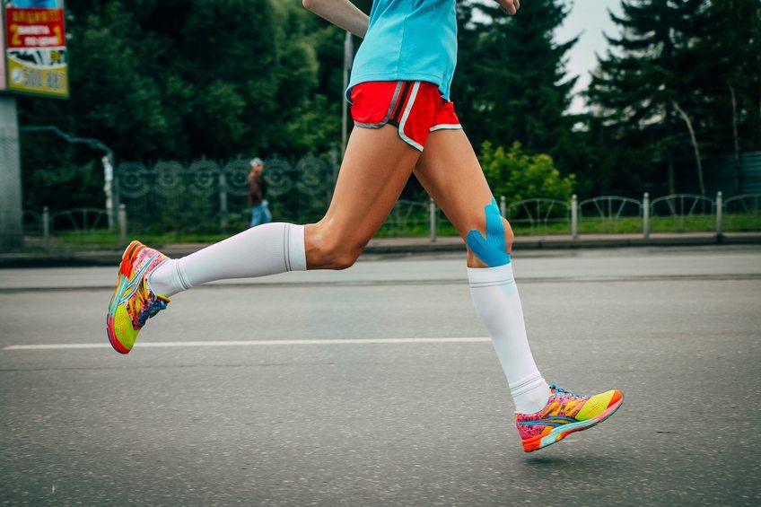 Imagem de uma mulher correndo com a meia de compressão. Meia