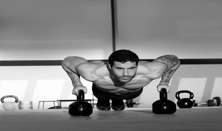 foto em preto e branco de um homem fazendo flexão