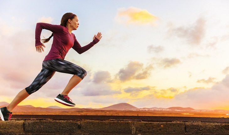 foto de uma mulher correndo durante o nascer-do-sol