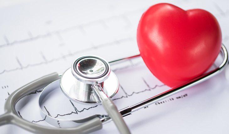 Dicas para evitar lesões no joelho: acompanhamento médico. Na foto, um estetoscópio e um coração.