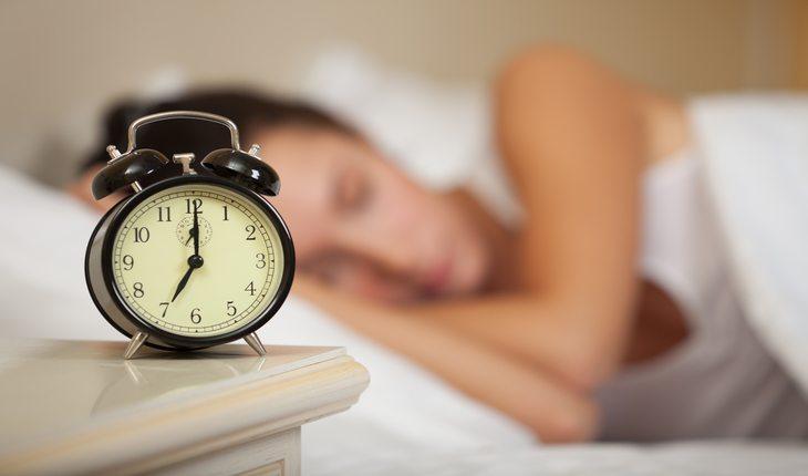 Imagem de uma mulher dormindo Dicas para dormir melhor