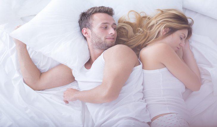 Imagem de um casal homem mulher deitados Dicas para dormir melhor