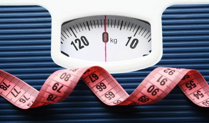 foto de uma balança de peso e uma fita métrica