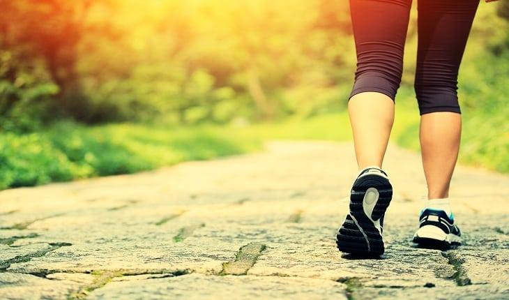 foto de uma pessoa fazendo caminhada