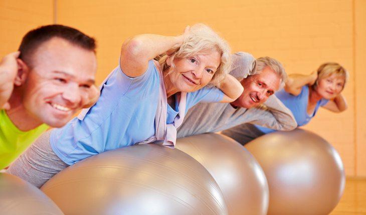 Idosos fazendo atividade física. Atividade física na terceira idade