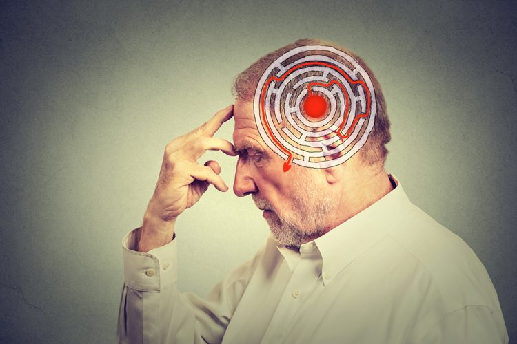 Homem com dor de cabeça exercitando a memoria