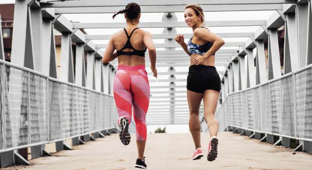 Mulheres correndo em chão de concreto