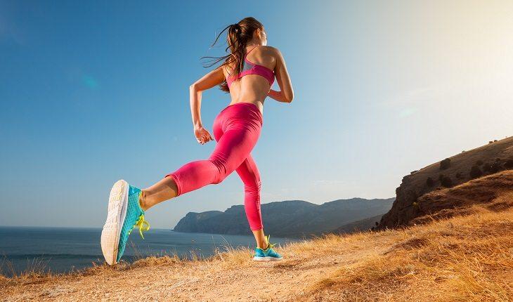 Dicas para aumentar massa muscular. Na foto, uma mulher correndo ao ar livre