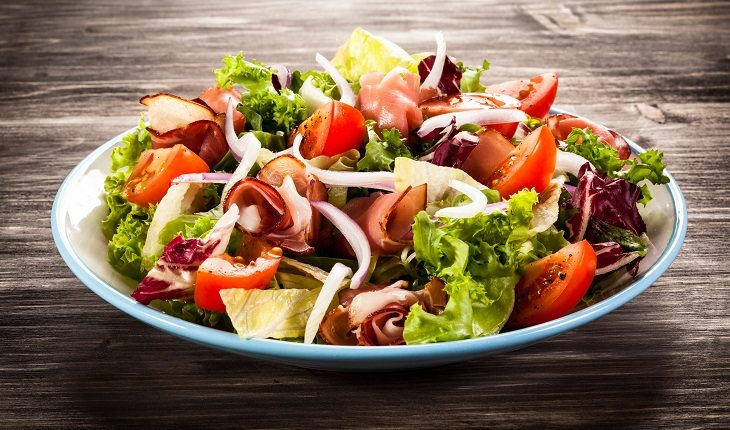 Dicas para aumentar massa muscular: na foto, um prato de salada