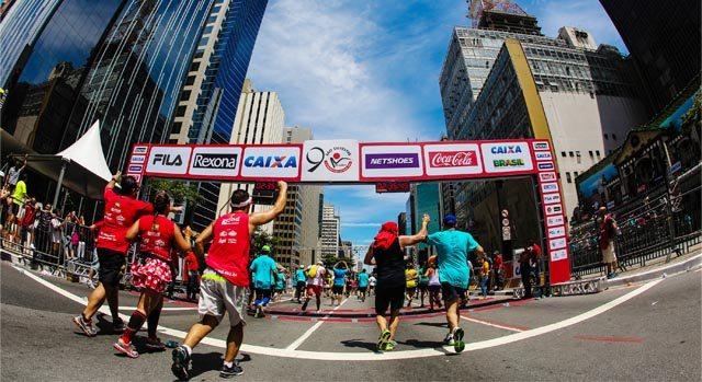 corredores chegando na linha de chegada da São Silvestre