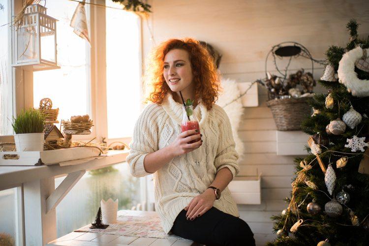 Mulher ruiva tomando um suco em festa de ano novo
