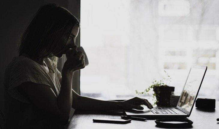 mulher em frente a um notebook tomando café dicas para-se preparar para uma prova