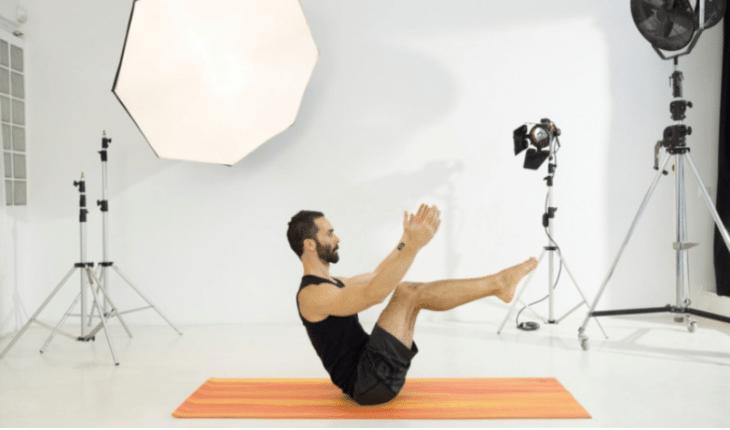 Homem fazendo posições de Yoga posturas de yoga